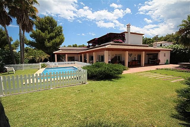 Lovely villa with hudge rooms and a beautiful garden