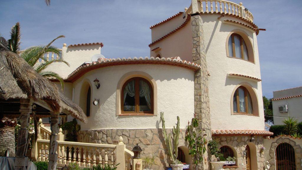 Villa con torre y fantásticas vistas al mar
